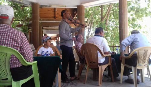 Sokak Sanatçısı Şadırvan da Dinleyenleri Mest Etti (SİZDEN GELENLER)