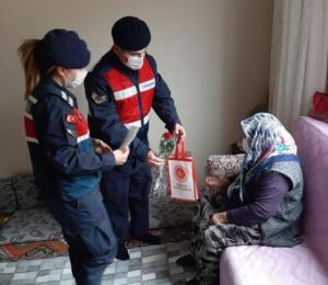 jandarma ziyaret 3 300x260 Elbistan İlçe Jandarma Komutanlığı, Yaşlıları Unutmadı
