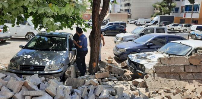 Pazarcık'da, duvar araçların üzerine yıkıldı