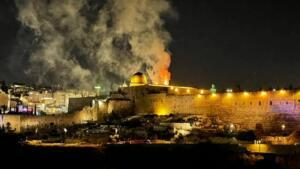 Aksa 300x169 İsrail, Mescid i Aksadaki Cemaate Saldırdı!