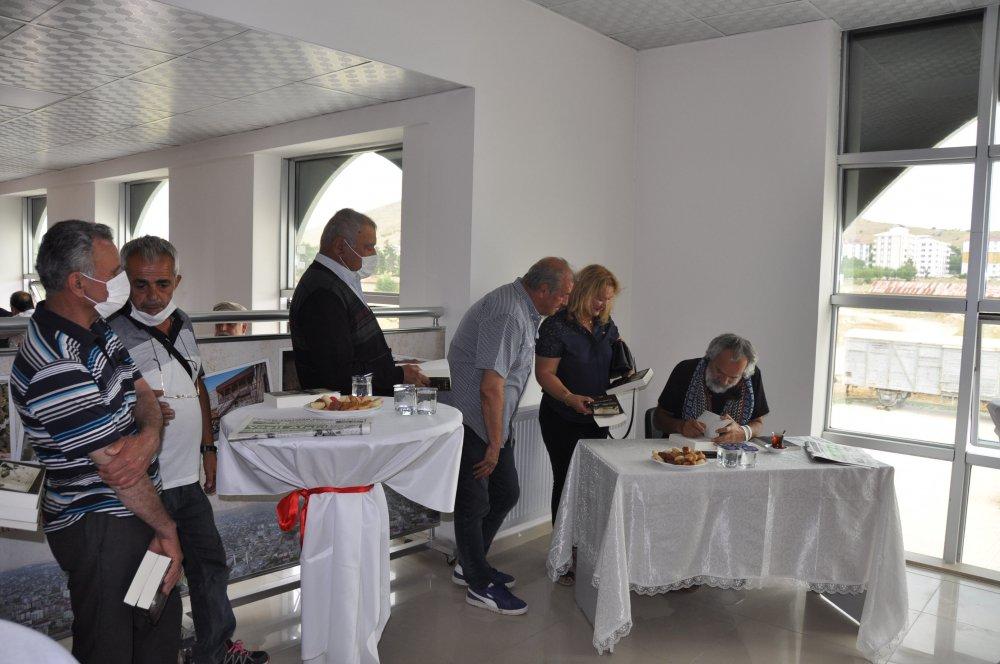 DSC 0342 1 Afşinli fotoğraf sanatçısı ve yazar Ertekin, imza günü düzenledi!