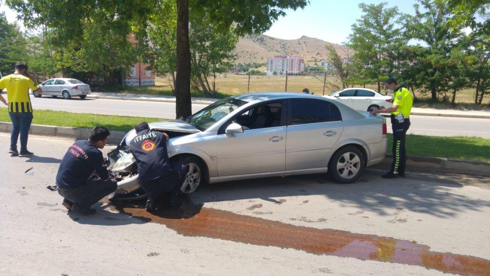 %name Afşinde direksiyon hakimiyetini kaybeden sürücü kaza yaptı: 2 yaralı