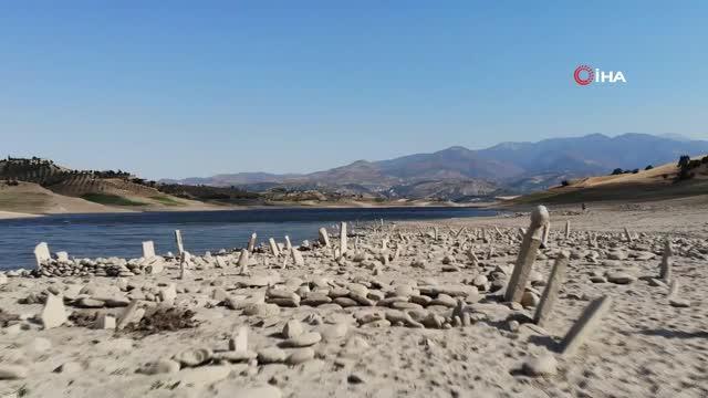 sular cekilince mezarlik ortaya cikti yakinlari mezar basinda dua etti 2 Sular çekilince mezarlık ortaya çıktı, yakınları mezar başında dua etti